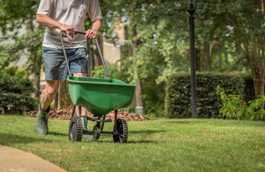 6 Excellent Fertilizer Spreaders of Every Type and Size