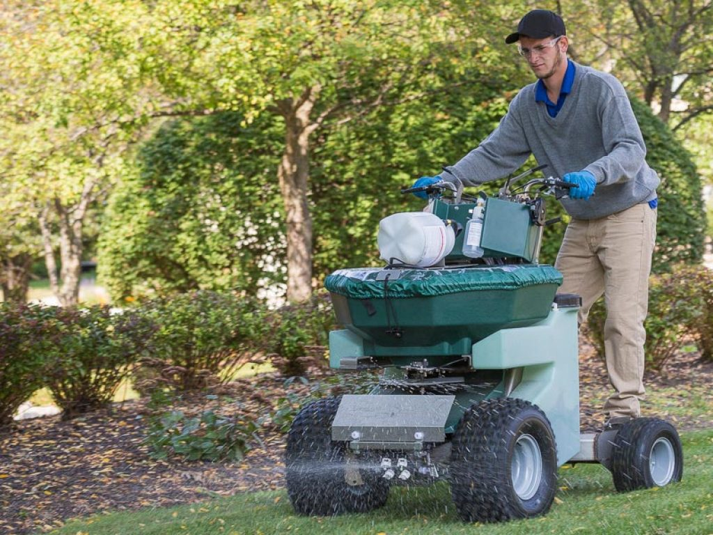 8 Best Commercial Fertilizer Spreaders - Reviews and Buying Guide